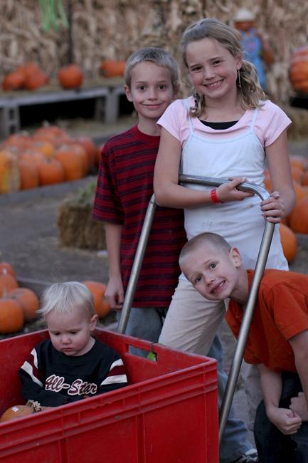 4_kids_at_pumpkin_patch